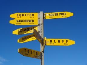 Berühmter Wegweiser am Cape Reinga - wir sind nun wieder näher am Äquator