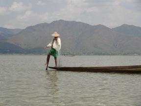 Fischer auf dem Inle See mit einzigartiger freihändiger Rudertechnik