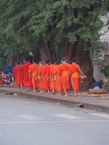 Mönche auf ihrem Zug durch die Stadt am frühen Morgen