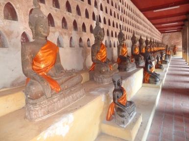 Buddha Statuen im Pha That Luang