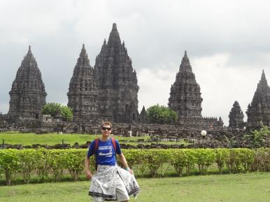 Im obligaten Sarong vor dem Prambanan Tempel