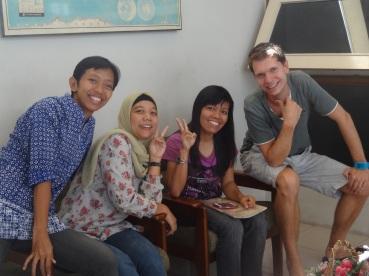 Unsere drei Lehrerinnen für Bahasa Indonesia