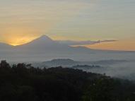 Sonnenaufgang über dem Gunung Merapi Vulkan