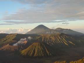 Vulkanlandschaft um den Bromo (links)