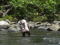Doko bei der Flussquerung