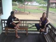 Erholung auf Holzveranda in Tanjung Lokan