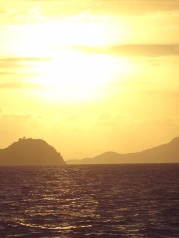Sonnenuntergang über den Inseln in Komodo