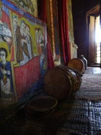 Gebetstrommel und antike Wandmalereien
