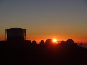 Sonnenuntergang hinter der Sonnenbeobachtungsstation auf dem Haleakala